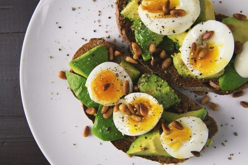 Tostadas con huevo y palta saludable